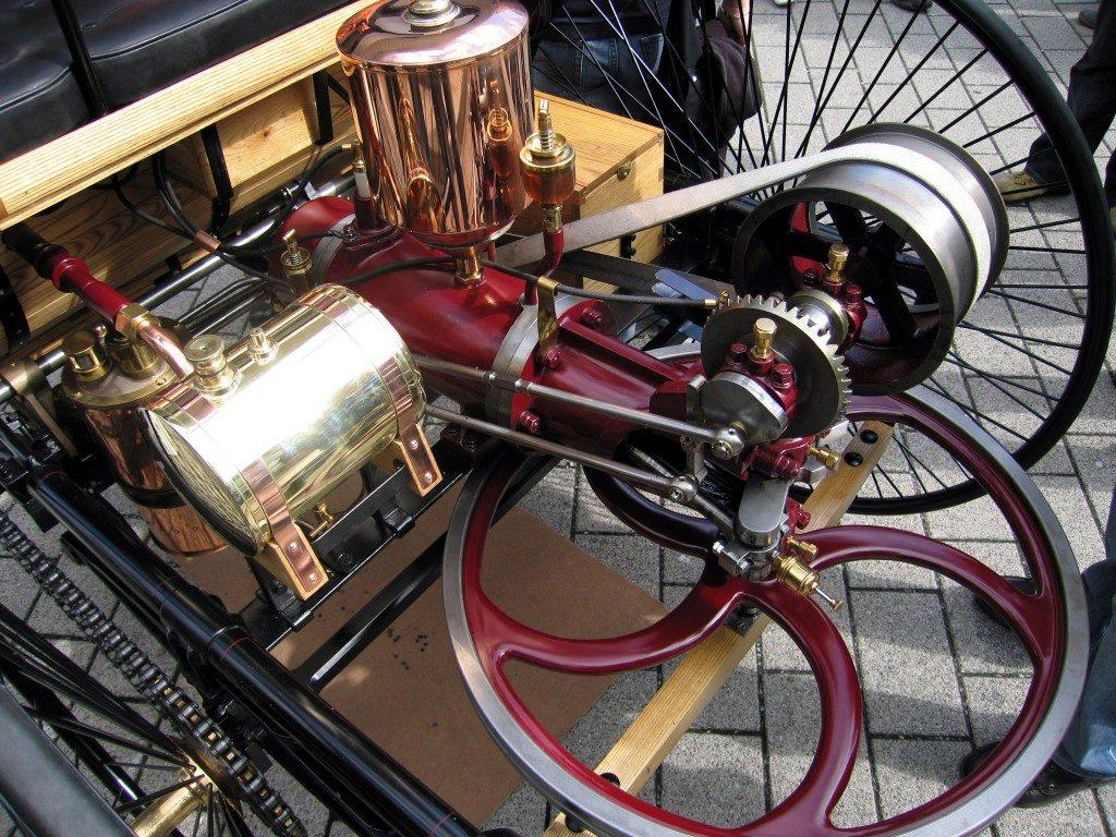 pervyj benzinovyj dvigatel 1024x768 - Первый в мире автомобиль